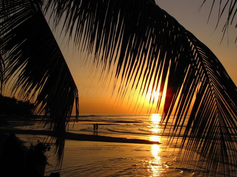 Scène romantique au coucher du soleil, plage de Lovina, Bali images stock