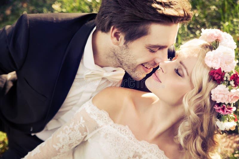 Scène romantique de mariage de baiser photographie stock libre de droits