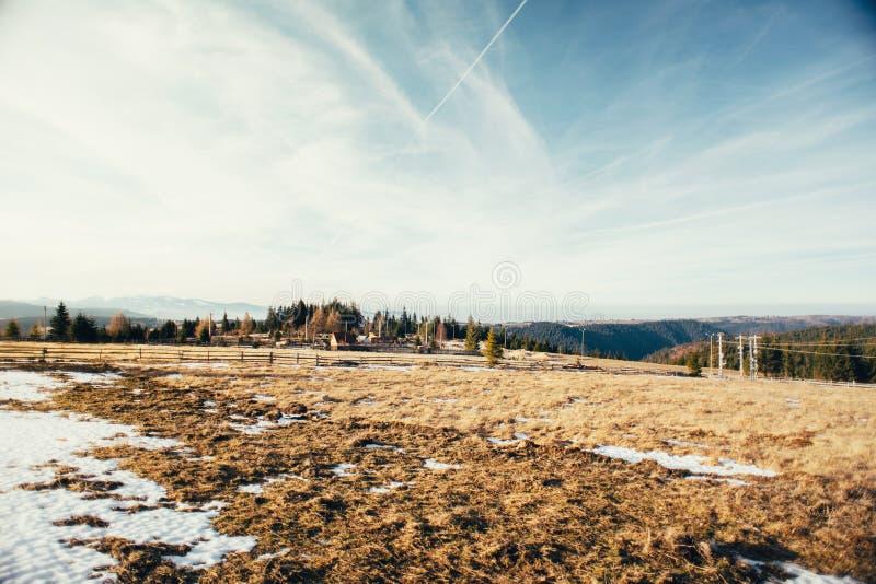 Scène rurale dans les moutains neigeux, lumière d'or de conte de fées photo libre de droits