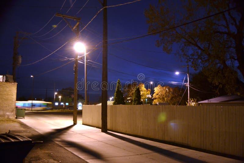 Scène stylisée de nuit d'allée photographie stock libre de droits