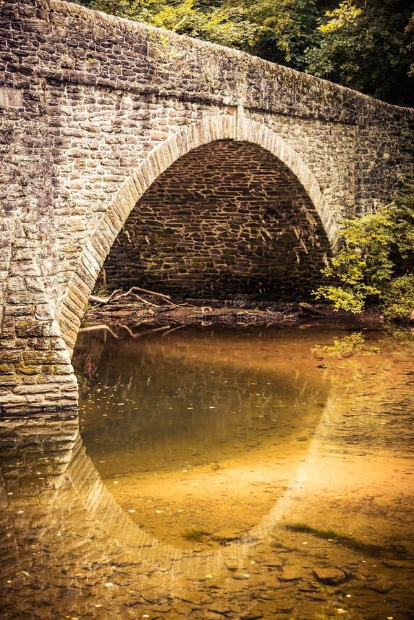 Scène tranquille d'un pont en pierre arqué images libres de droits