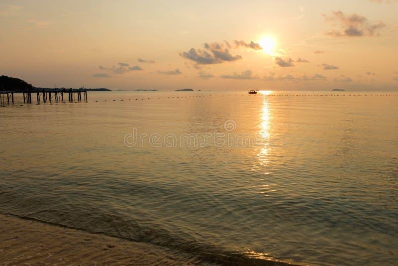 Scène tranquille de plage pendant le lever de soleil dans l'aube à l'île de Samet photos libres de droits
