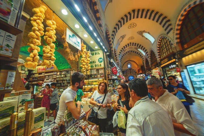 Scène typique de bazar bondé juste avant Bairam dans le bazar égyptien des épices images stock