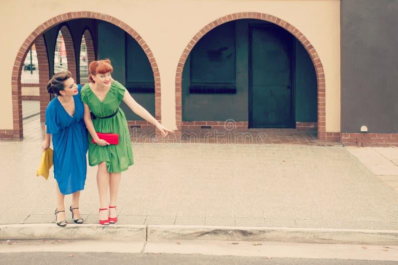 Scène urbaine avec des jeunes femmes photo stock
