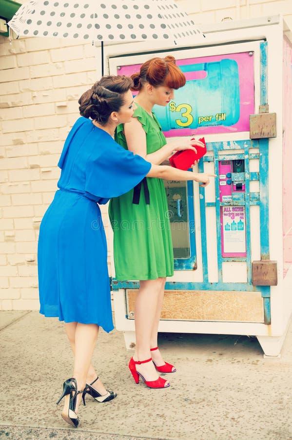 Scène urbaine avec des jeunes femmes image stock