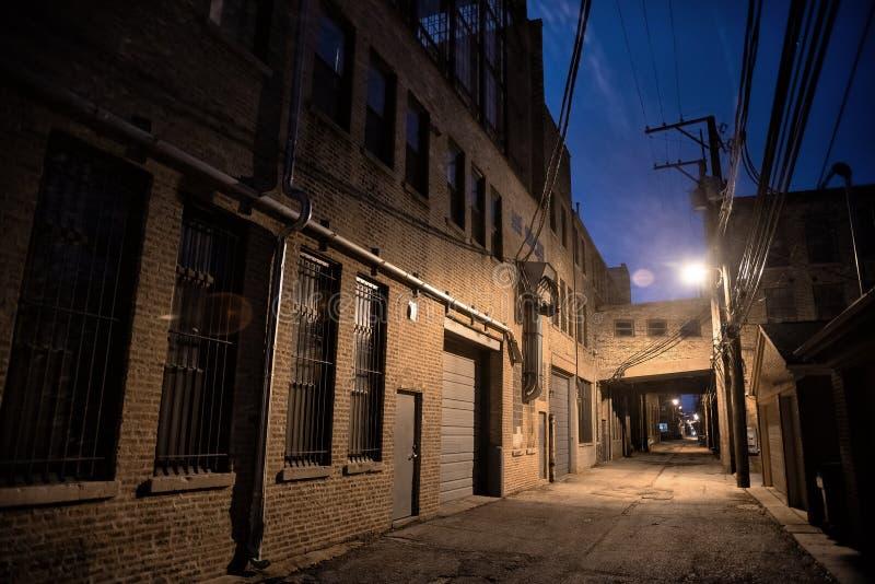 Scène urbaine du centre sombre et effrayante d'allée de rue de ville la nuit photos stock