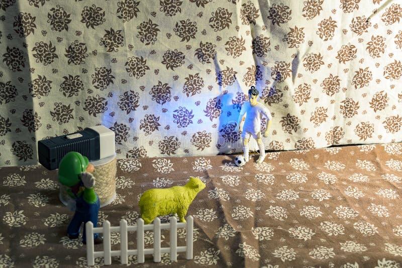 Scène van de stof shooting Plastic speelgoed Een film over een voetbalster stock afbeelding