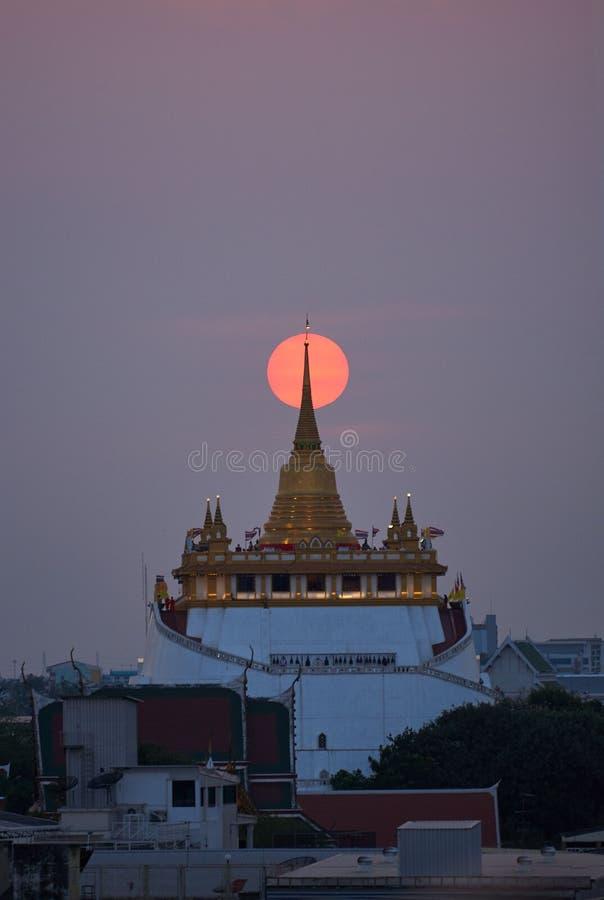 Scène van mooie zonsondergang bij gouden ondersteltempel royalty-vrije stock foto