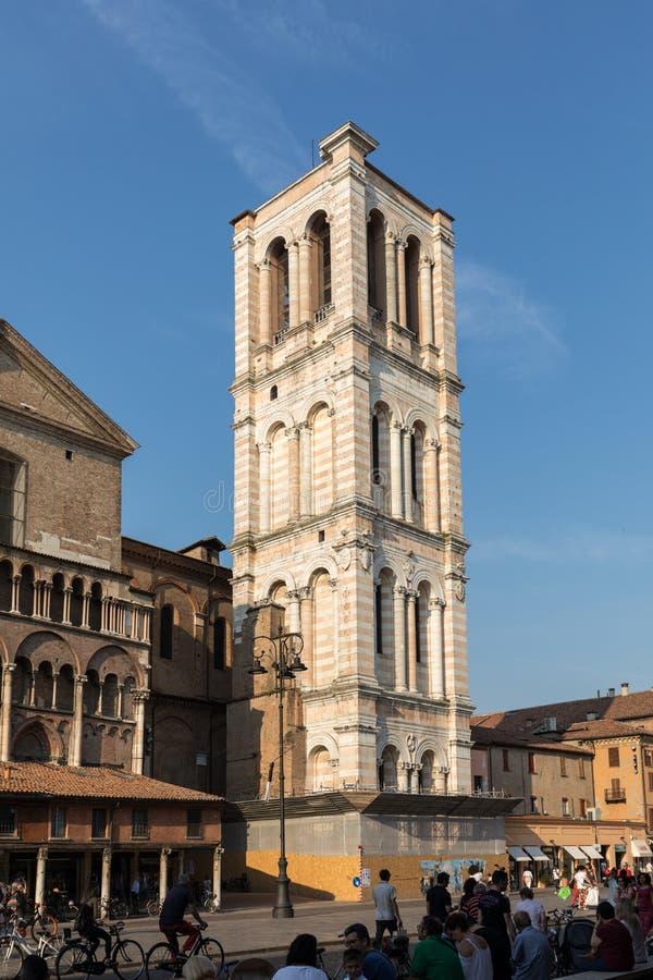 Scène van Piazza Trento e Triëst en de kathedraaltoren, met lokaal en toeristen, in Ferrara, Emilia-Romagna, Italië royalty-vrije stock fotografie