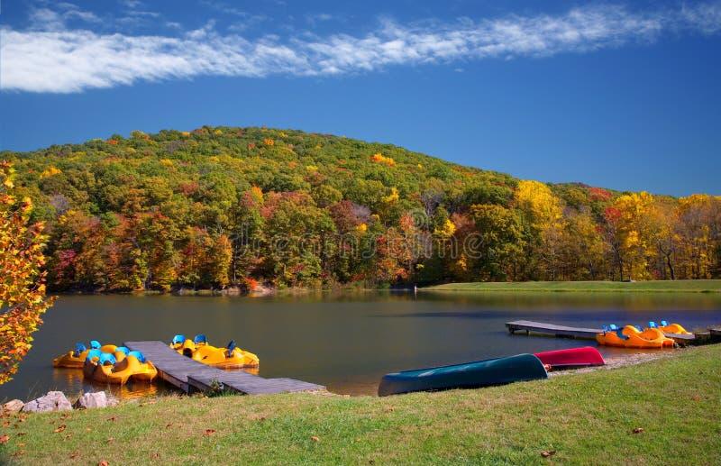 Scène vive de canotage de lac autumn photo libre de droits