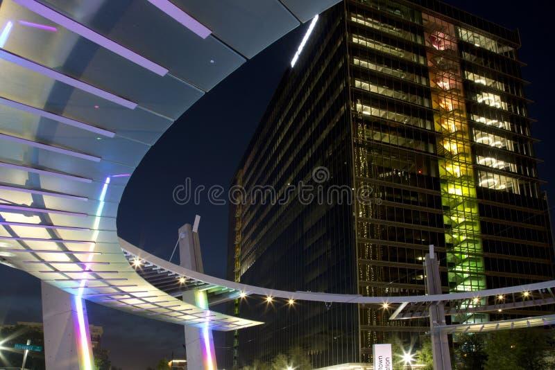 Scènes de la ville haute de nuit de bâtiment de station photo libre de droits