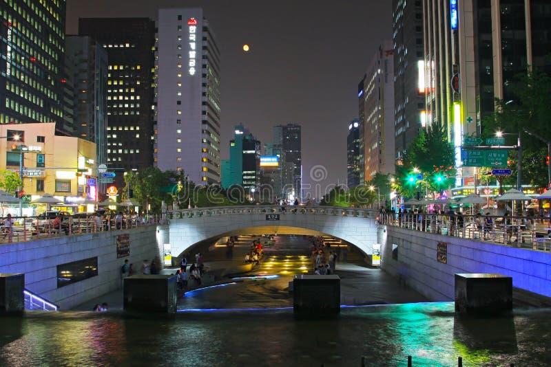 Scènes de nuit de courant et de ville de la Corée Séoul Cheonggyecheon photographie stock libre de droits
