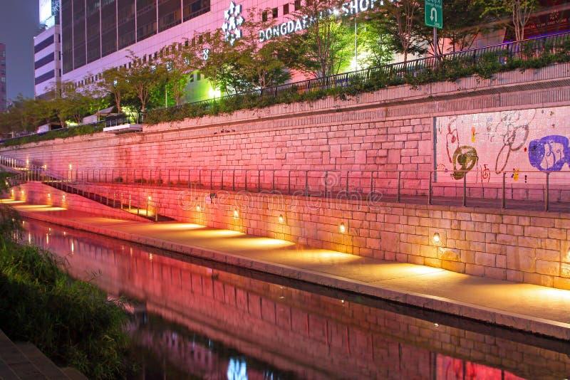 Scènes de nuit de courant et de ville de la Corée Séoul Cheonggyecheon image libre de droits