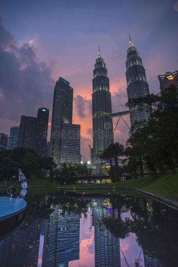 Scènes de nuit des Tours jumelles ou des tours de Petronas en Kuala Lumpur, Malaisie photographie stock