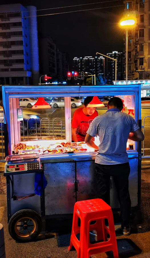Scènes de nuit de rue dans la ville de Wuhan photographie stock