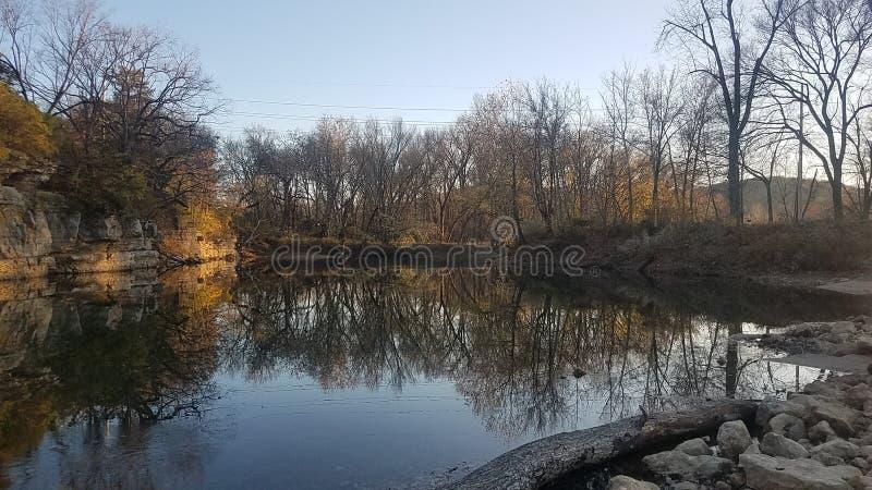 Scènes de rivière d'hiver photos libres de droits