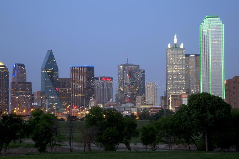 Scènes du centre de nuit d'horizon de Dallas images libres de droits