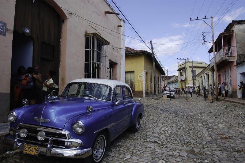 Scènes quotidiennes au Cuba, belles voitures de cru pour des rues du Trinidad photo libre de droits