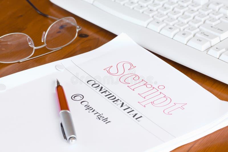 Scénario de manuscrit sur le bureau avec le stylo photographie stock