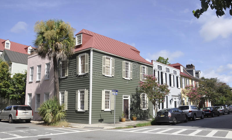 SC de Charleston, el 7 de agosto: Fila de casas históricas de Charleston en Carolina del Sur imagen de archivo libre de regalías