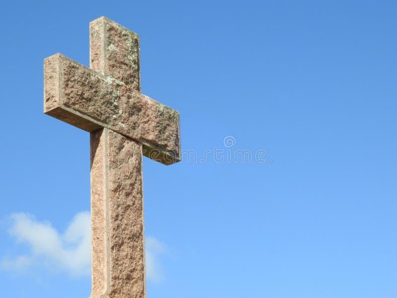 Sc?ne dans un cimeti?re : plan rapproch? d'une croix en pierre religieuse illumin?e par le soleil photographie stock libre de droits