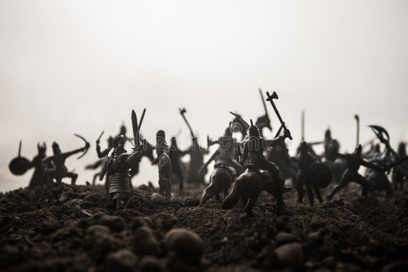 Sc?ne de bataille m?di?vale avec la cavalerie et l'infanterie Silhouettes des figures en tant qu'objets distincts, combat entre l image libre de droits