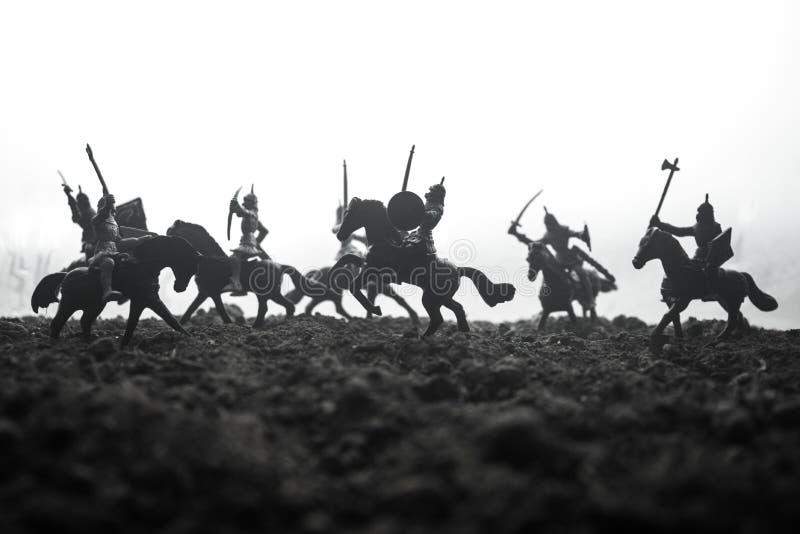 Sc?ne de bataille m?di?vale avec la cavalerie et l'infanterie Silhouettes des figures en tant qu'objets distincts, combat entre l images libres de droits