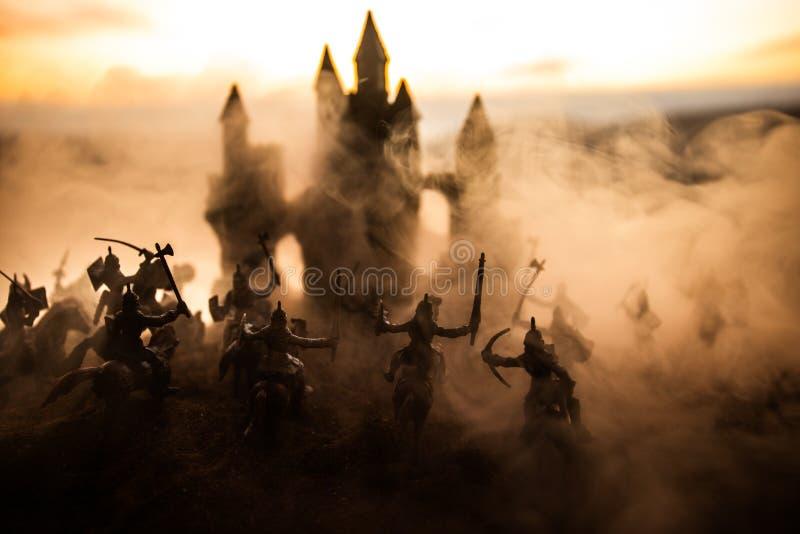 Sc?ne de bataille m?di?vale avec la cavalerie et l'infanterie Silhouettes des figures en tant qu'objets distincts, combat entre l photo libre de droits