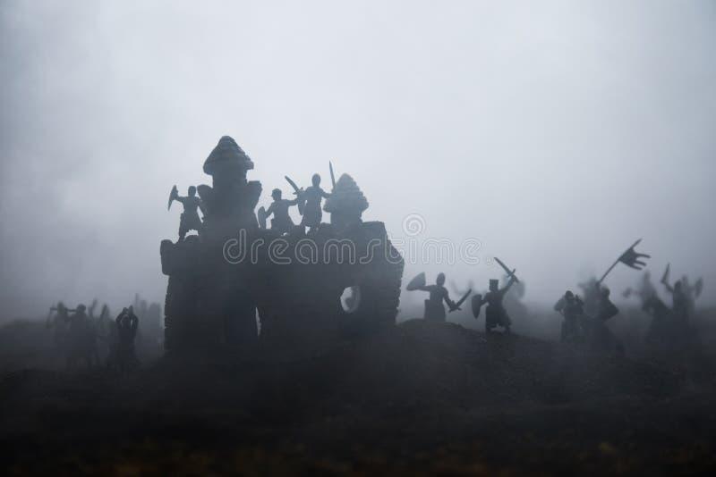 Sc?ne de bataille m?di?vale avec la cavalerie et l'infanterie Silhouettes des figures en tant qu'objets distincts, combat entre l photos libres de droits