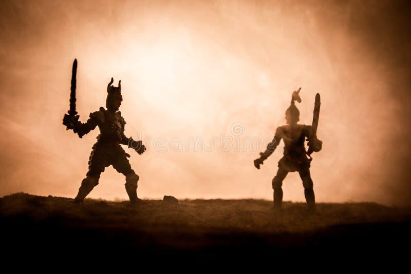 Sc?ne de bataille m?di?vale avec la cavalerie et l'infanterie Silhouettes des figures en tant qu'objets distincts, combat entre l photos stock