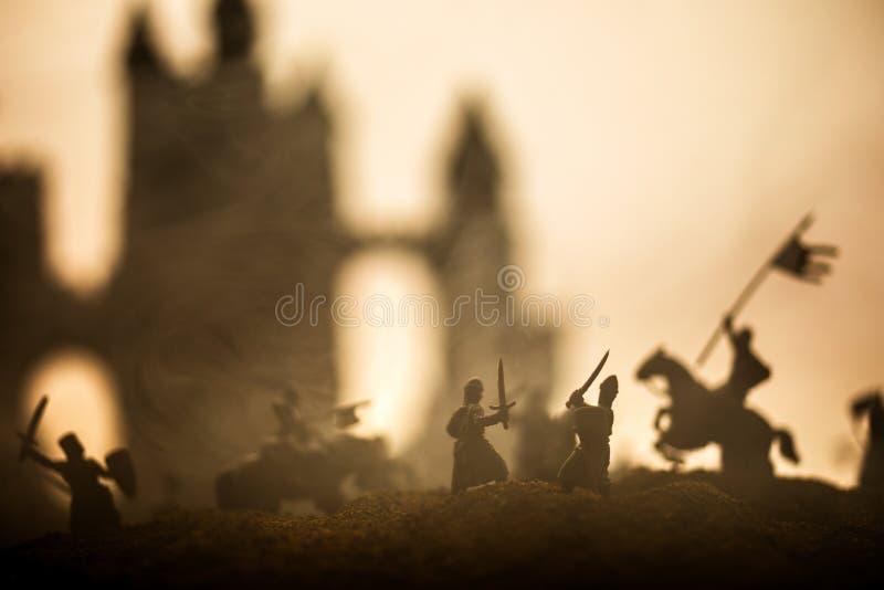 Sc?ne de bataille m?di?vale avec la cavalerie et l'infanterie Silhouettes des figures en tant qu'objets distincts, combat entre l photographie stock
