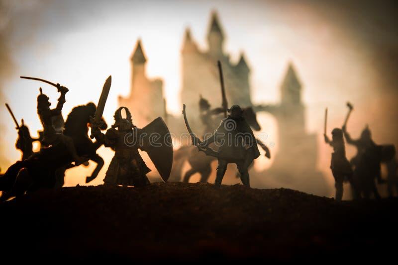 Sc?ne de bataille m?di?vale avec la cavalerie et l'infanterie Silhouettes des figures en tant qu'objets distincts, combat entre l image stock