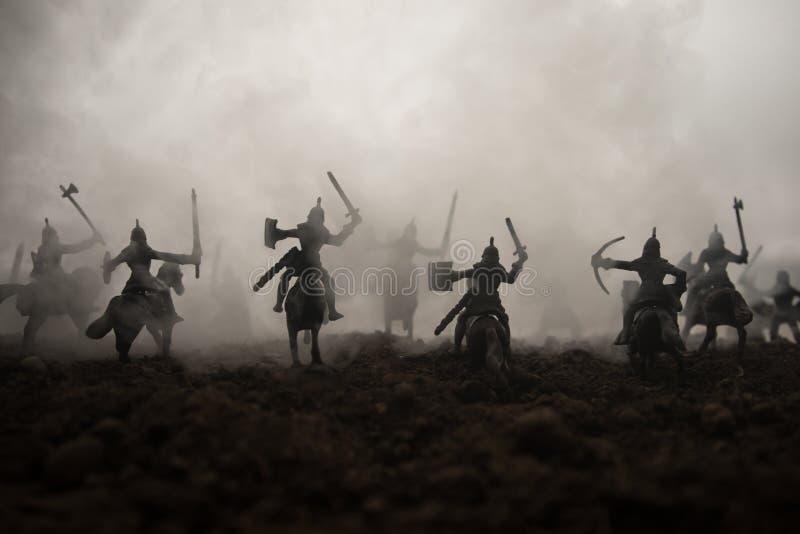 Sc?ne de bataille m?di?vale avec la cavalerie et l'infanterie Silhouettes des figures en tant qu'objets distincts, combat entre l photo stock