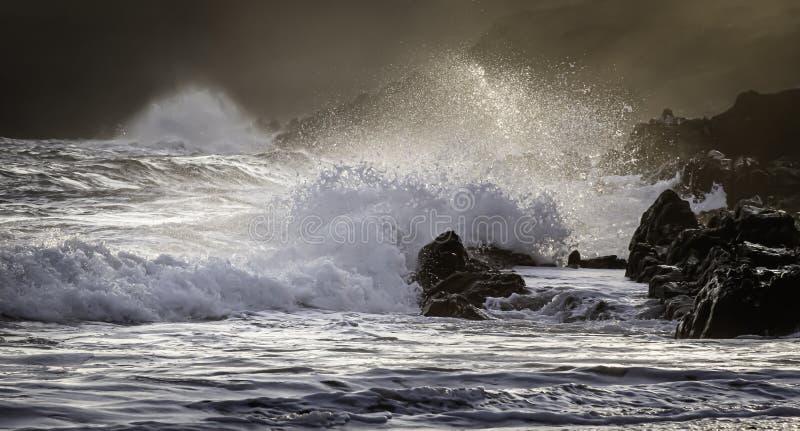 Sc?ne de coucher du soleil sur la plage rocheuse de la c?te du sud du pays de Galles, R-U photo libre de droits