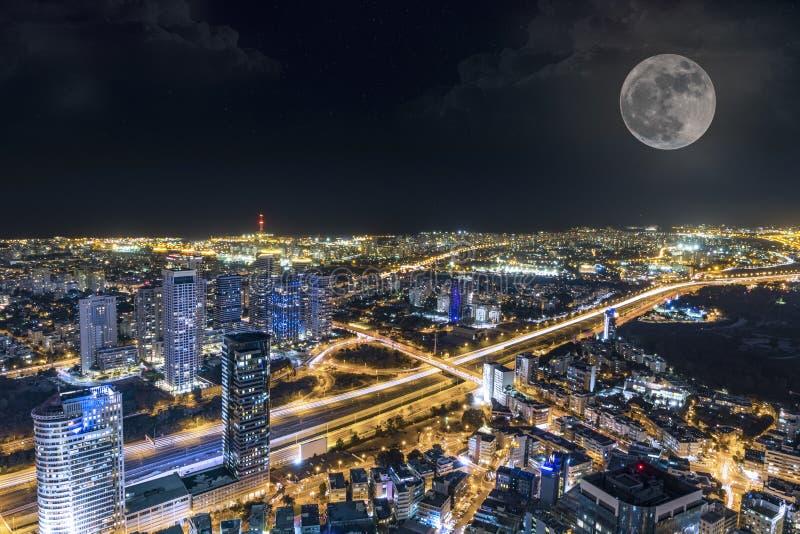 Sc?ne surr?aliste Horizon de Tel Aviv avec la lune superbe imposée images libres de droits