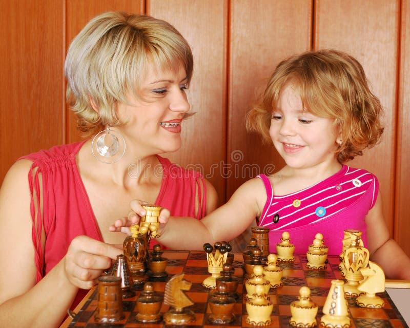 Scacchi del gioco della figlia e della madre fotografie stock libere da diritti