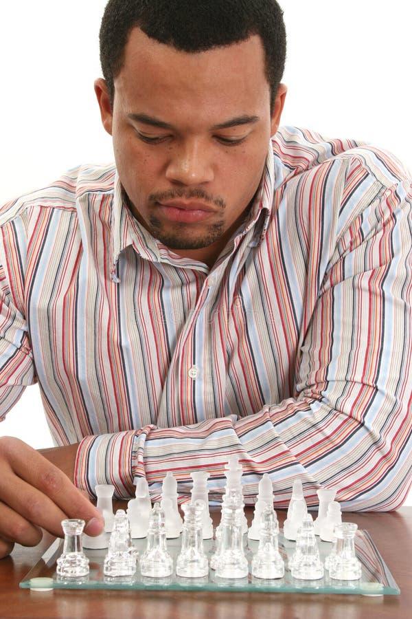 Scacchi di gioco maschii dell'afroamericano immagine stock libera da diritti