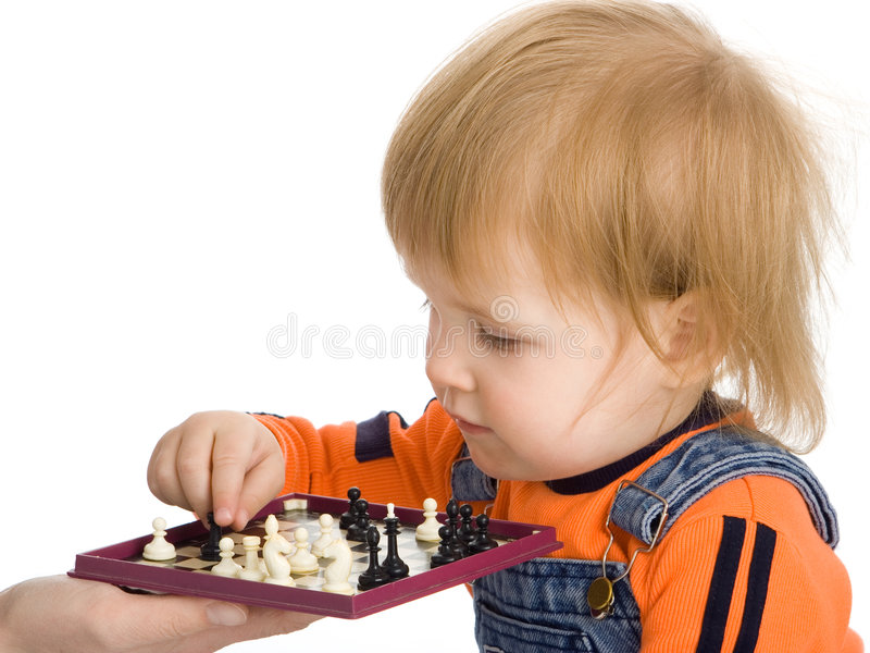 Scacchi graziosi del gioco del bambino fotografia stock libera da diritti