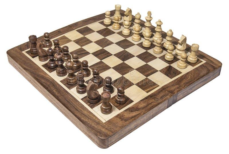 Scacchiera di legno con i pezzi degli scacchi bianchi e scuri immagine stock