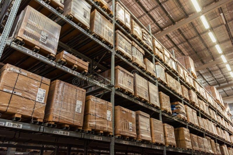 Scaffalatura del magazzino e corridoio di stoccaggio fotografia stock libera da diritti