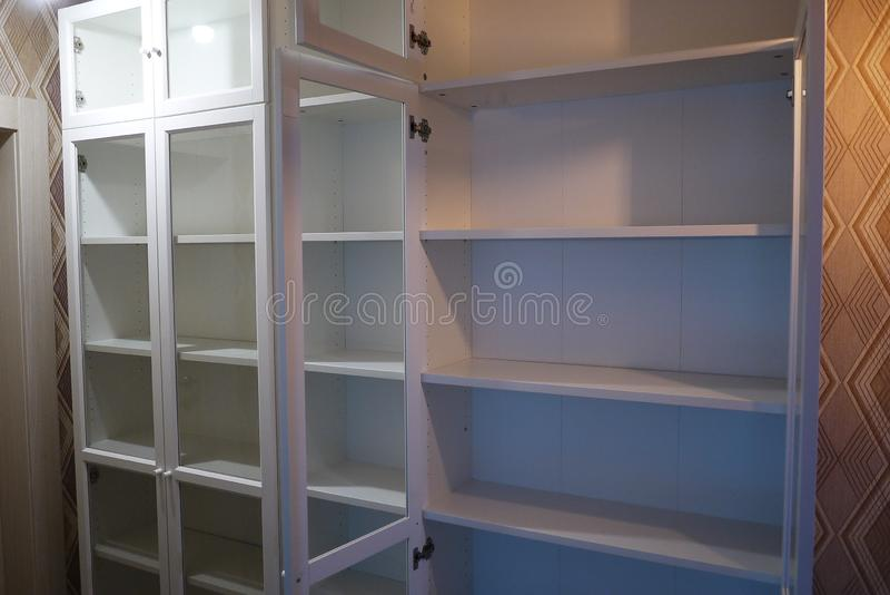 Scaffale all'interno dell'appartamento fotografia stock