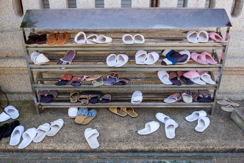 Scaffale cambiante delle pantofole al tempio tailandese immagini stock