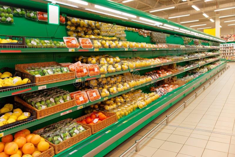 Scaffale con gli agrumi, TMs ed i codici a barre rimossi o alterati fotografia stock libera da diritti