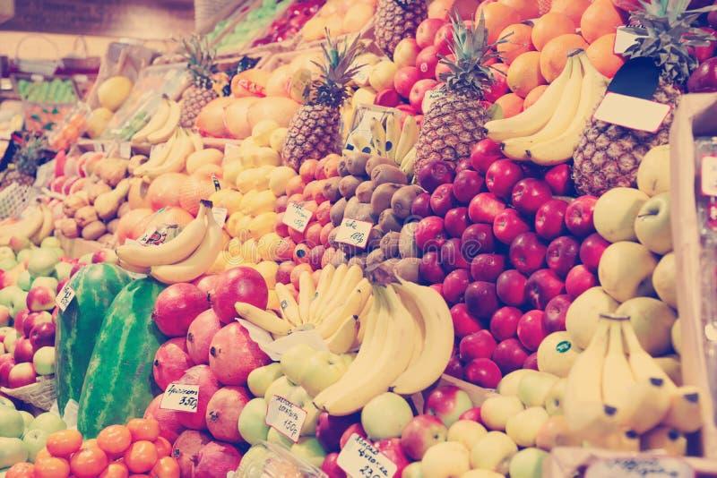 Scaffale con i frutti su un mercato, toend fotografie stock libere da diritti