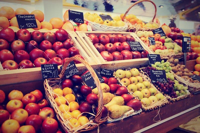 Scaffale con i frutti, tonificati immagine stock