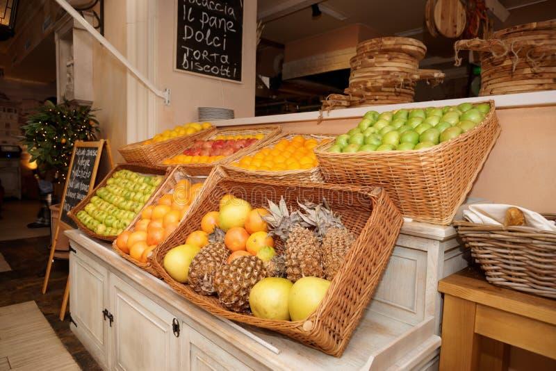 Scaffale con i frutti in un ristorante fotografie stock libere da diritti