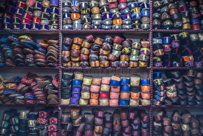 Scaffale dei negozi di scarpe fatti a mano a Jaipur fotografie stock libere da diritti