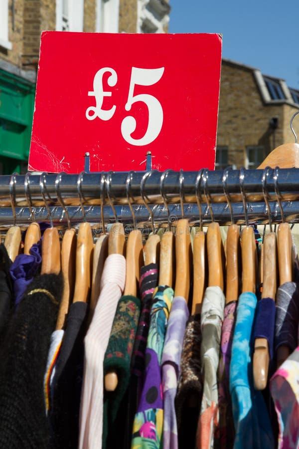 Scaffale dei vestiti al mercato immagini stock