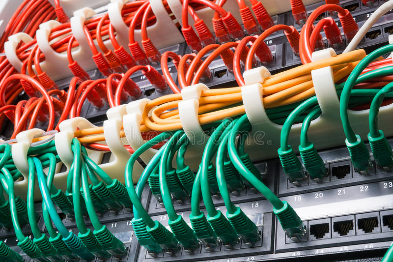 Scaffale del server con i cavi rossi, gialli e verdi immagine stock libera da diritti