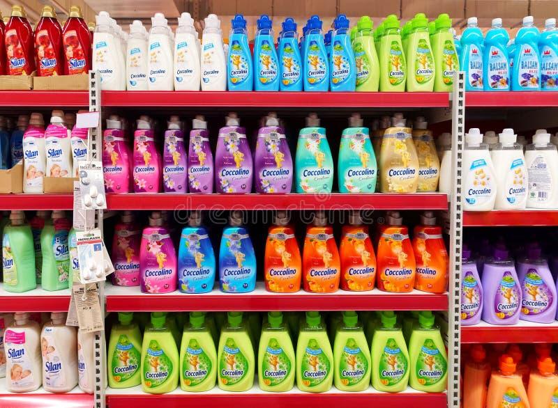 Scaffale dell'emolliente del tessuto in un supermercato fotografia stock